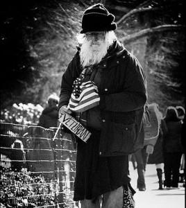 fot.Wikipedia/ Bezdomny weteran na ulicy Nowego Jorku