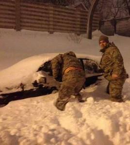 fot. Gwardia Narodowa/ Żołnierze Gwardii Narodowej sprawdzają zayspane samochody, cyz nie ma w nich ludzi
