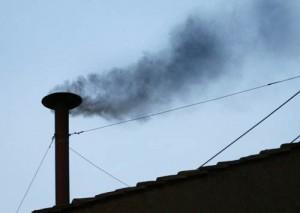 fot. Czarny dym wydobywający się z Kaplicy Sykstyńskiej to znak, że głosowanie nie było rozstrzygające