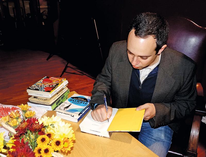 Matthew Tyrmand podpisuje książki fot.L. Kowalewicz