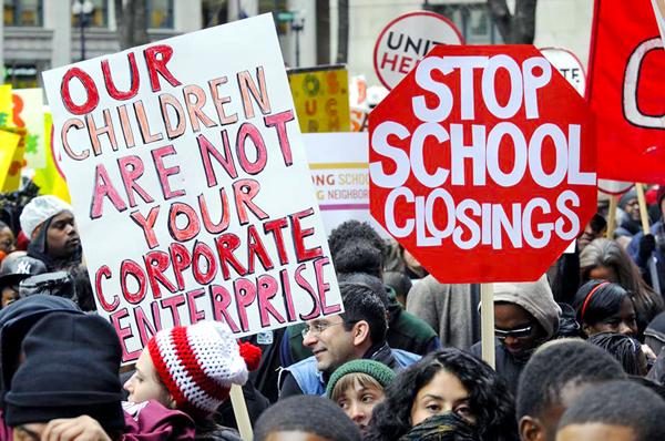 Przez Chicago przetoczyła się fala protestów przeciwko zamykaniu szkół. W zeszłym miesiącu kuratorium postanowiło o zamknięciu 52 placówek fot. J. Boczarski