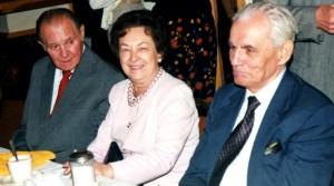 Siedzą od lewej: K. Finik, jego żona była serdeczną przyjaciókł Danusi, Danusia, Jan Karawiec.