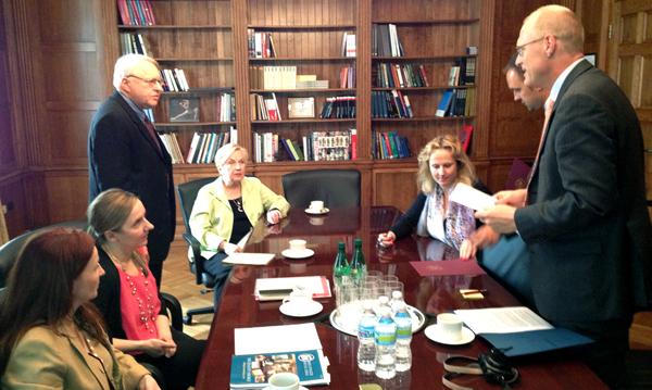Uroczyste podpisanie umow w konsulacie RP 18 maja 2013 r. NA zdjęciu: H. Misterka, J. Siegel, J. Loryś, M. Cieśla, P. Kapuścińska, K .Zieliński, R. Rusiecki
