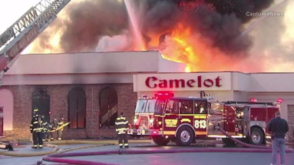 """Ogień w sali bankietowej """"Camelot"""" pojawił się w niedzielę rano. fot. Captured News"""