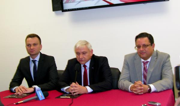 Konferencja prasowa w Chicago. Od lewej: prezes TVP Bogusław Piwowar, dyrektor Marcin Oziewicz i Rafał Stykowski, dyrektor Radar Sat, przedstawiciela TVP INFO w USA. fot. A. Kazimierczak