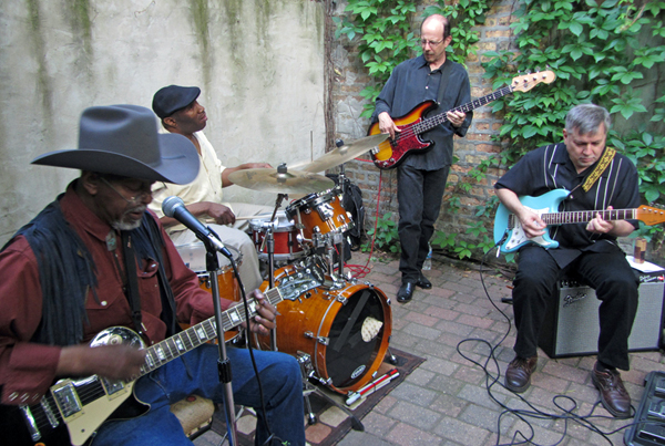 Muzykuje chicagowski James Wheeler Blues Band. Lider grupy – pierwszy z lewej