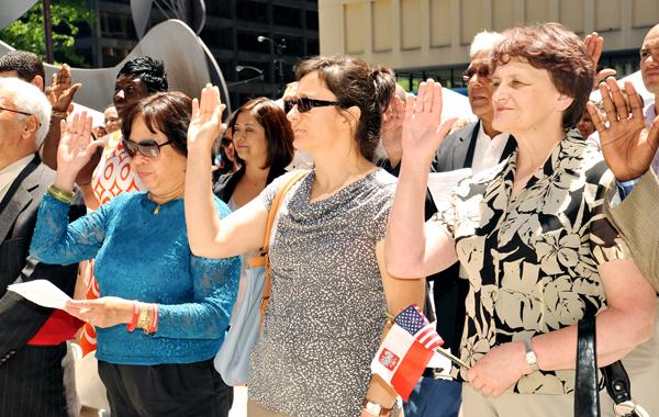 W ceremonii na Daley Plaza przysięgę złożyło 77 osób z 34 krajów. Z prawej Elżbieta Dymon