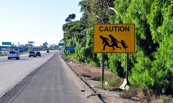 Znak ostrzegawczy znajdujący się na północ od Tijuana na autostradzie numer 5 fot. Jonathan McIntosh/Flickr