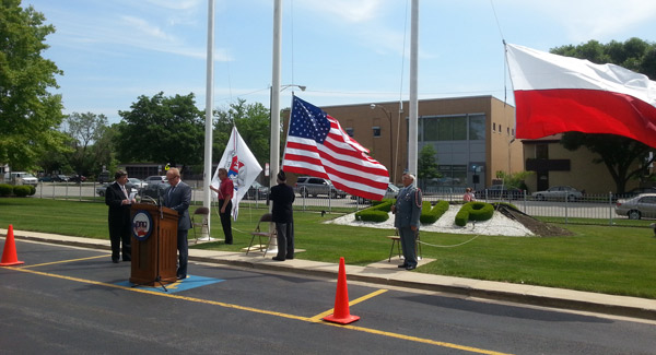 Uroczyste wciągnięcie na maszt flag przed siedzibą ZNP w Chicago. fot. DZ