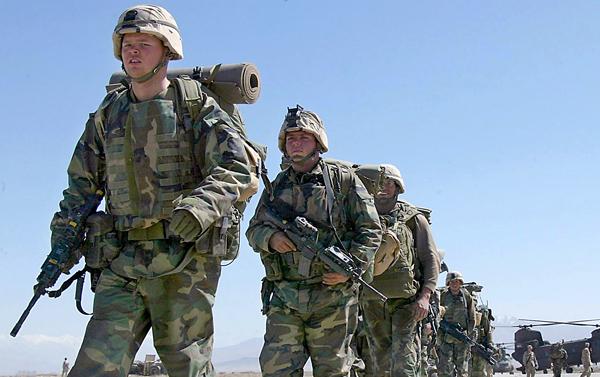 Amerykańscy żołnierze maszerują w bazie wojskowej w Bagram fot. Rahman Roslan/PAP/EPA