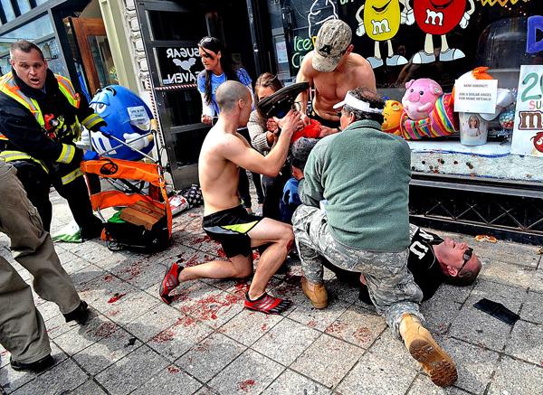 Rannym w zamachu bostońskim pomagali strażacy, lekarze, maratończycy i przechodnie fot. PAP/EPA