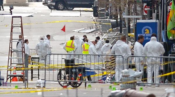 Ekipy śledcze zabezpieczają dowody po zamachu w Bostonie fot. Justin Lane/PAP/EPA