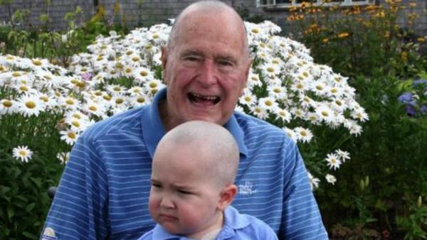 Bush senior zgolił włosy solidaryzując się z chorym chłopcem fot. Twitter