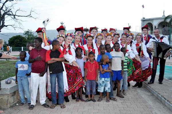 Wzruszającym momentem dla mieszkańców wyspy było wysłuchanie ich narodowej pieśni wykonanej przez zespół