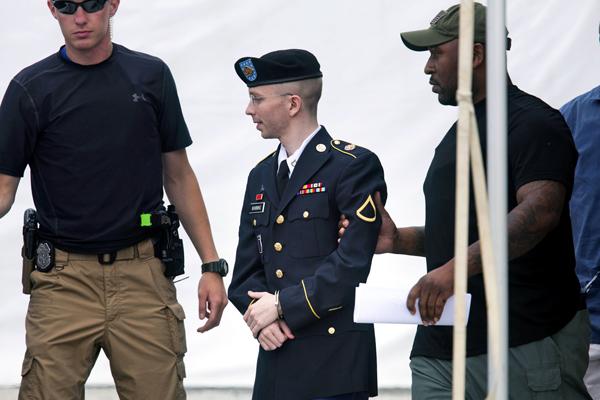 Szeregowiec Bradley Manning opuszcza salę sądową w Fort Meade w Maryland fot. Jim Lo Scalzo/PAP/EPA