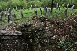Semi-nude photo session in cemetery outrages Jewish groups