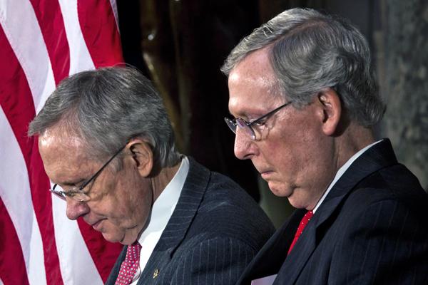 Demokratyczny lider większości z Nevada Harry Reid (L) i Republikański lider mniejszości Mitch McConnell z Kentucky (P) w hali Statuary na Kapitolu w Waszyngtonie fot. Jim Loscalzo/PAP/EPA