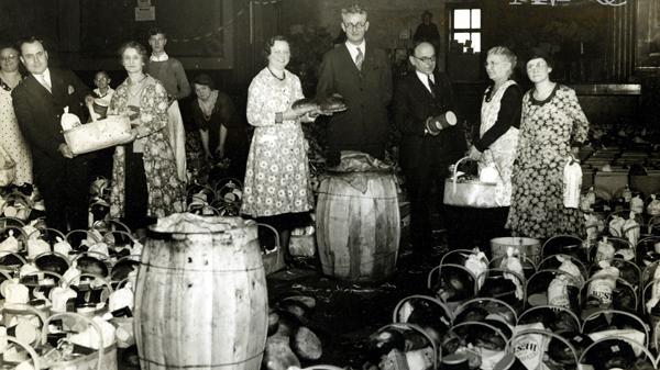 Koszyki z żywnością dla ubogich przygotowane przez Wydział Kobiet ZPRK z okazji Święta Dziękczynienia. Zdjęcie zostało zrobione w audytorium/sali balowej ZPRK, dzisiejszej Sali GłównejMPA im. Sabiny P. Logisz. Jan J. Olejniczak, prezes ZPRK w latach 1941-45, jest widoczny w środku kompozycji