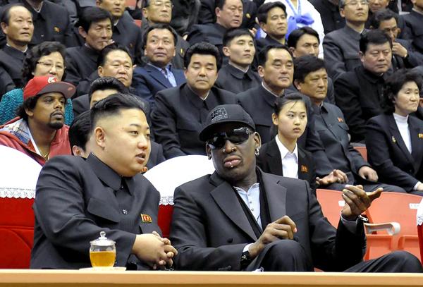 Przywódca Korei Północnej Kim Dzong Un z Dennisem Rodmanem fot. KCNA/PAP/EPA