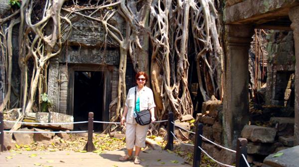Wanda przed zarośniętym kompleksem świątyń Angkor Wat w Kambodży