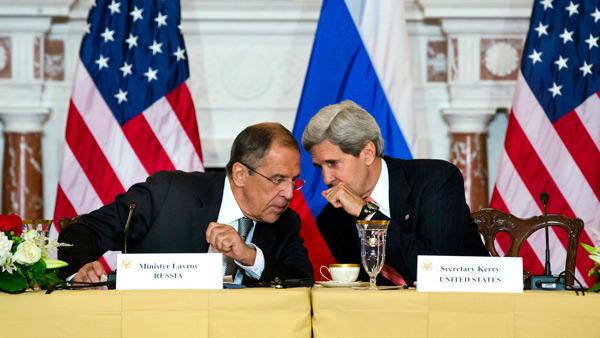 Minister spraw zagranicznych Rosji Siergiej Ławrow w rozmowie z sekretarzem stanu USA Johnem Kerrym (P) fot. Jim Lo Scalzo/PAP/EPA