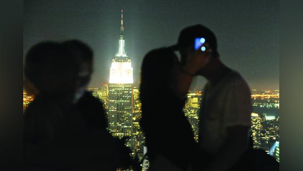 A całuje para na szczycie Rockefeller Center w Nowym Jorku fot. Maurizio Gambarini/PAP/EPA
