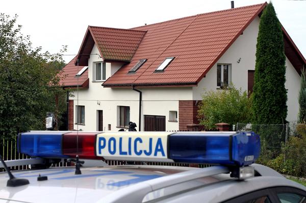 Dom rodzinny ks. Wojciecha Gila w podkrakowskiej Modlnicy, Policja ustaliła, że duchowny poszukiwany przez Interpol przebywa w domu rodzinnym fot. Jacek Bednarczyk/PAP