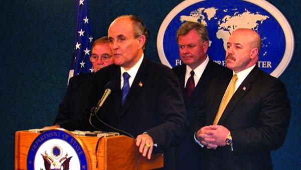 Bernard Kerik (pierwszy z prawej) w czasie sprawowania urzędu fot. U.S. Department of State