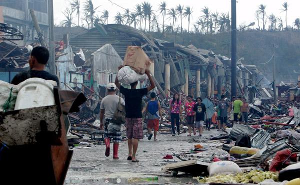 Z pomocą Filipińczyką spieszą organizacje humanitarne z całego świata fot. Francis Malasig/EPA/PAP