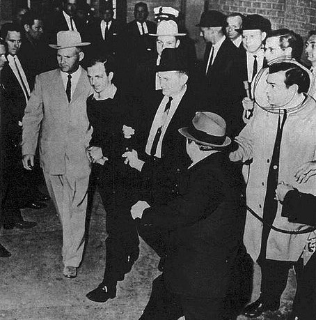 Jack Ruby mierzy do Lee Harvey Oswalda fot. Jack Beers Jr., Dallas Morning News