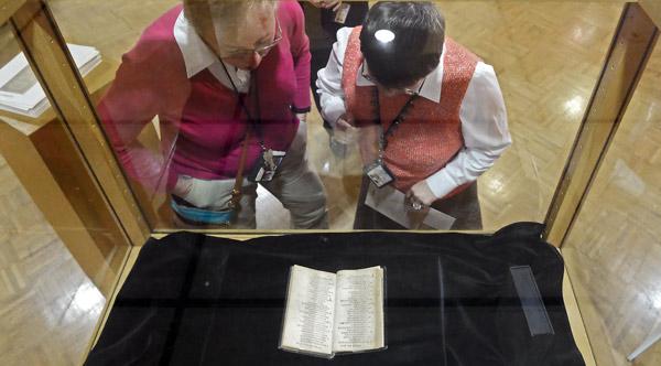 """""""Bay Psalm Book"""", niezwykle rzadki XVII-wieczny zbiór psalmów, jest najdroższą drukowaną książką na świecie fot. Larry Smith/PAP/EPA"""