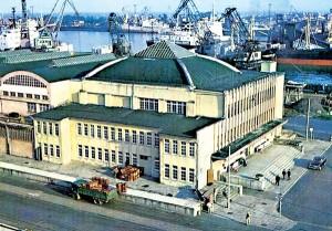 2. Dworzec Morski w Gdyni, widok od strony nabrzeża Francuskiego, lata 80. XX w. fot.Muzeum Miasta Gdyni/muzeumemigracji.pl
