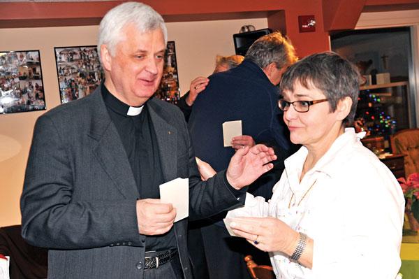 Podczas łamania się opłatkiem ojciec Jerzy Sermak i Barbara Kożuchowska