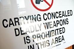 Znak zakazujący posiadania ukrytej broni tylko od policji