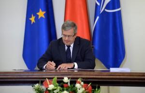 Polish president Bronislaw Komorowski  signs budget bill Photo: Jacek Turczyk