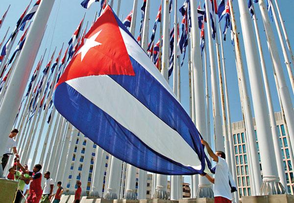 Młodzi Kubańczycy z flagą swojego kraju   fot.Alejandro Ernesto/PAP/EPA