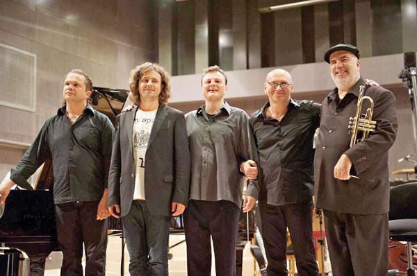 """Podczas premiery """"Night in Calisia"""": Cezary Konrad, Paweł Pańta, Adam Klocek, Włodek Pawlik i Randy Brecker fot.Włodek Pawlik Facebook"""