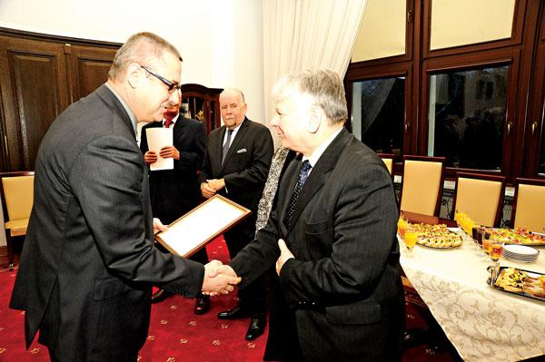 Red. Andrzej Godlewski (z lewej) odbiera wyróżnienie z rąk marszałka Senatu Bogdana Borusewicza fot.arch. pryw.