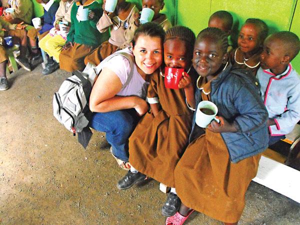 Marta Robak z dziećmi ze szkoły prowadzonej przez Braci M.O.P. w Kenii