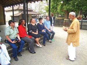 Członkowie delegacji  w rozmowie z Gandhim Ashramem Sevagramem Wardhą