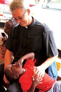 Ks. Zdzisław Torba i jeden z wychowanków domu dla sierot w Ugandzie