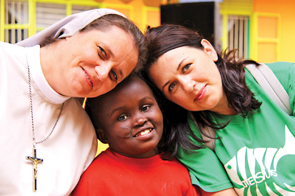 Marta Robak, siostra Anna Strycharz i jedna z podopiecznych w Ugandzie