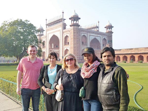 Delegacja amerykańskiego Departamentu Stanu w Indiach (od lewej): Joseph Garrity, Kim Maggard, Monika Starczuk, Ebony Barley i oprowadzający delegację Rahul Rai