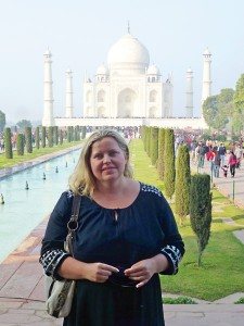 Monika Starczuk na tle słynnego mauzoleum Taj Mahal w Agra