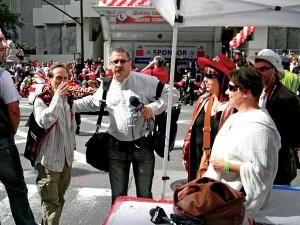 """Red. Andrzej Godlewski """"w pracy"""" - podczas polskiej parady w Chicago fot.arch.pryw."""