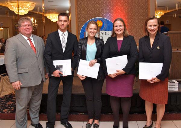 Od lewej Kevin Ochalla (Stowarzyszenie Adwokatów), nagrodzeni studenci prawa -Konrad Grabowski, Anna Mikulski, i Magdalena Wilk, oraz Regina Rahnau (Stowarzyszenia Adwokatów)