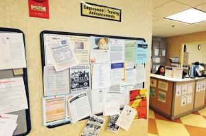 Ogłoszenia w Urzędzie Pracy w Arlington w Virginii fot.Michael Reynolds/PAP/EPA