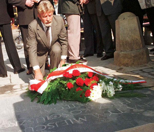 Fotografia archwialna, 1998 rok. Przebywajacy w Krakowie pułkownik Ryszard Kuklinski  składa  kwiaty na płycie upamiętniajacej przysięgę Tadeusza Kościuszki na krakowskim Rynku fot.Jacek Bednarczyk/PAP/EPA