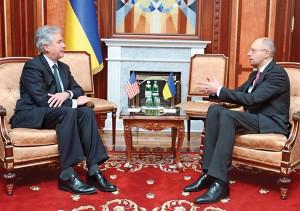 Spotkanie wicesekretarza stanu Williama Josepha Burns (z lewej) z przedstawicielem tymczasowych władz Ukrainy Arsenijem Jacenjukiem (z prawej) fot.Andrew Kravchenko/POOL/PAP/EPA
