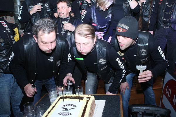"""Nie mogło sie obyć bez gaszenia świeczek na urodzinowym torcie. W środku prezes klubu Ted """"Flaki"""" Milówka. Po lewej Adrian Smulski"""